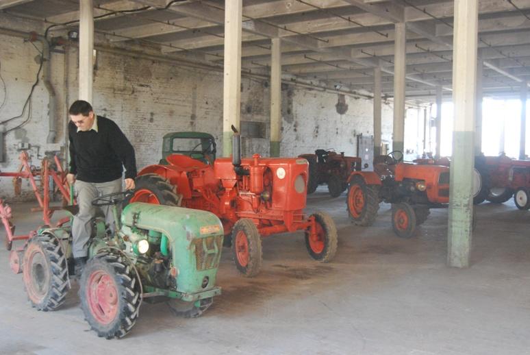 Dans la salle du mat riel agricole avec tracteurs en weppes - Salon du materiel agricole ...