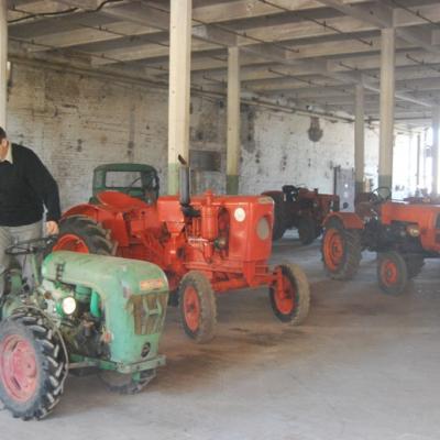 Dans la salle du matériel agricole avec Tracteurs en Weppes