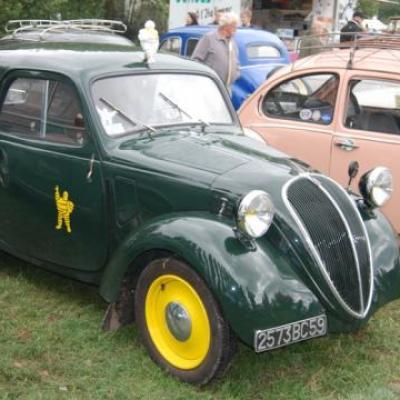 Simca 5 fourgonnette aux couleurs Michelin