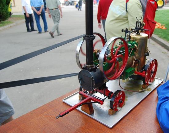 Splendide machine à vapeur actionnant une bateuse à l'ancienne et à l'échelle