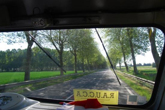 Sur la route du retour au travers du pare-brise du Lestarquit