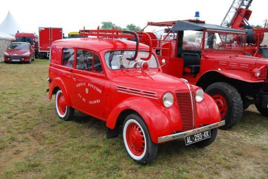 Les pompiers avec cette Renault Juvaquatre