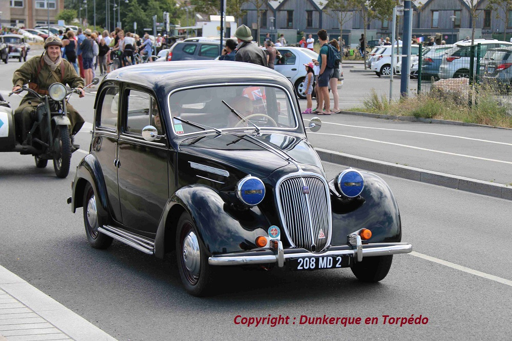 Simca 8 berline aux phares Blackout